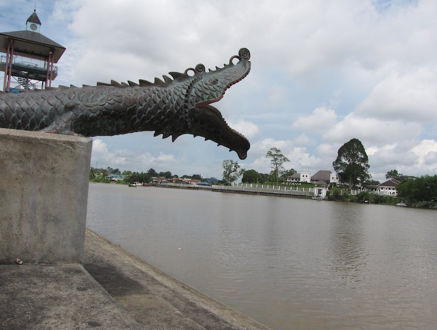Statue of a reptile with a view over the river